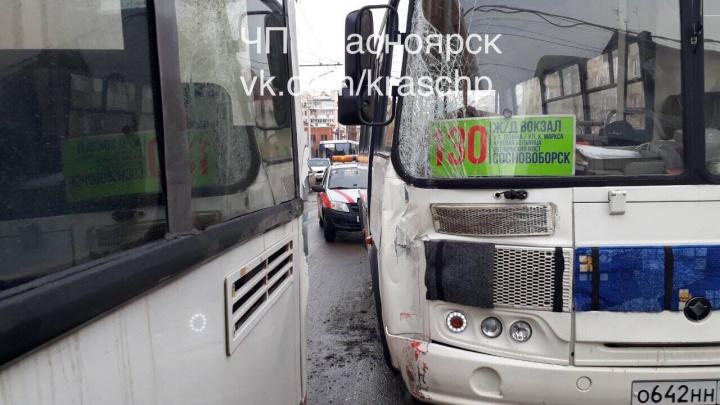 При аварии двух автобусов в центре пострадала пассажирка