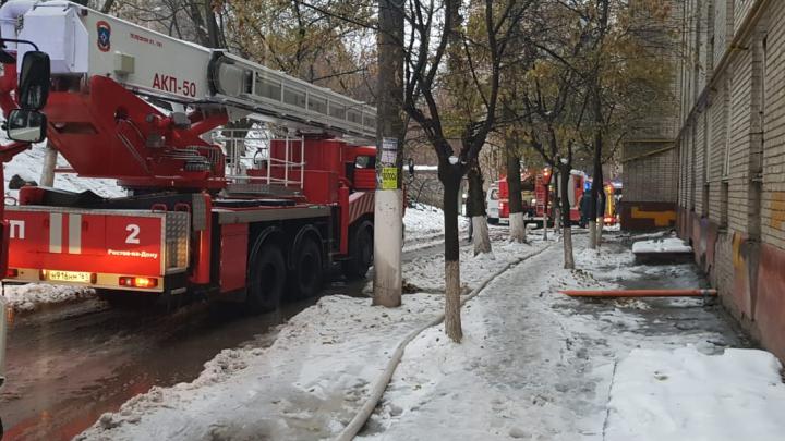 В Ростове на Ленина загорелось общежитие