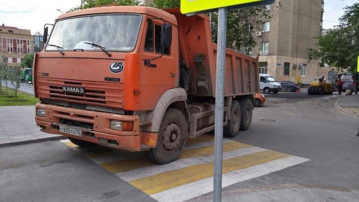 «Я паркуюсь, как...»: КАМАЗ на зебре в центре Тюмени и автохам, вставший прямо у перекрестка
