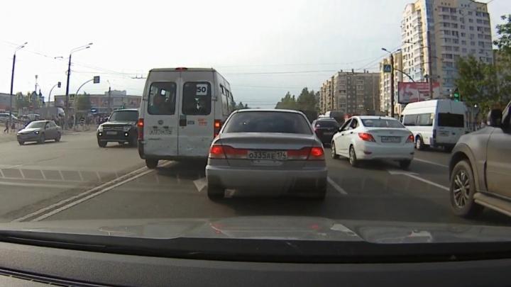 Лови маршрутку: сравниваем, чья езда аккуратней — водителей легковушек или микроавтобусов