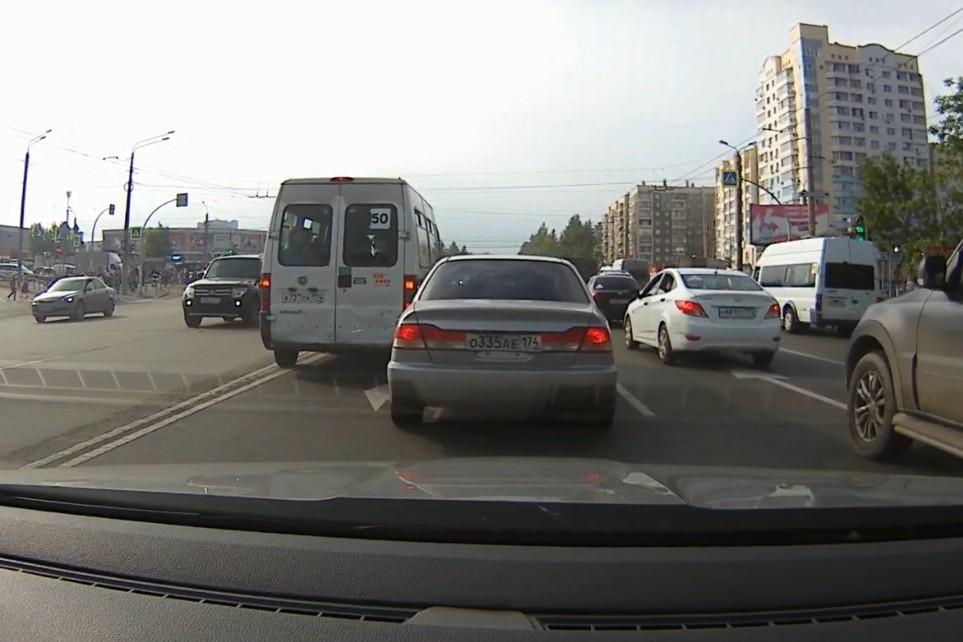 Обгоняя по встречке, маршрутчик подбил машину в левой полосе