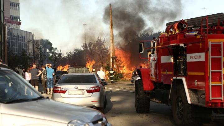 «Я проснулся от звуков, как от костра»: утром в центре Тюмени сгорели дом и три иномарки