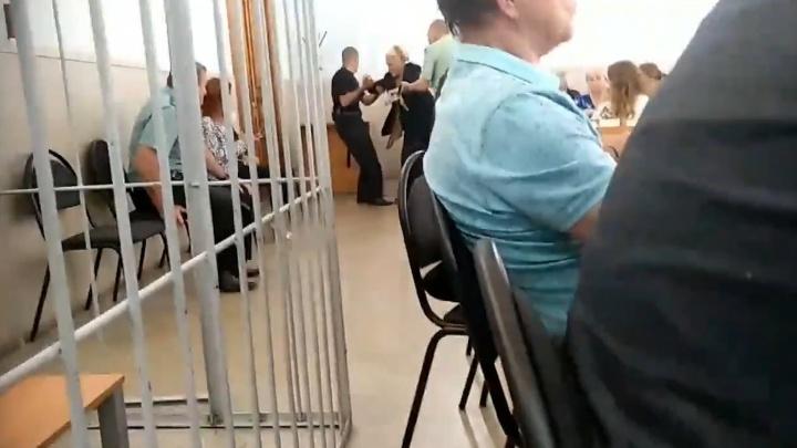 «Оставьте бабушку!»: в Самаре пенсионерку выгнали с процесса по иску против мусорной реформы