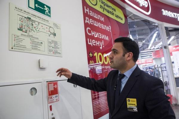 Охранники и сотрудники должны помогать людям эвакуироваться. На фото — план эвакуации в ТЦ «Галерея Новосибирск»