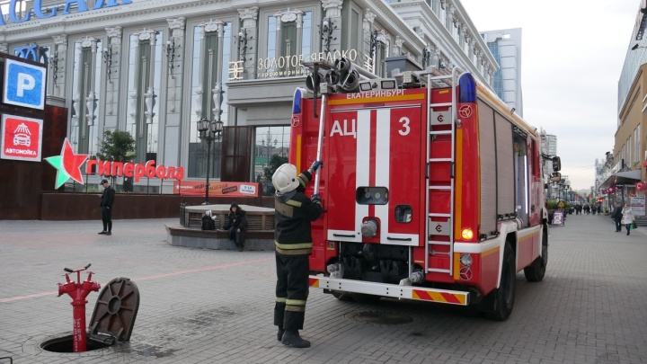 К «Пассажу» из-за дыма на крыше съехались шесть пожарных машин