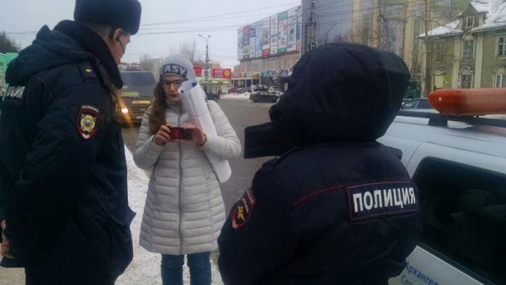 Рядом с МИУ полиция прервала пикет сторонницы Навального
