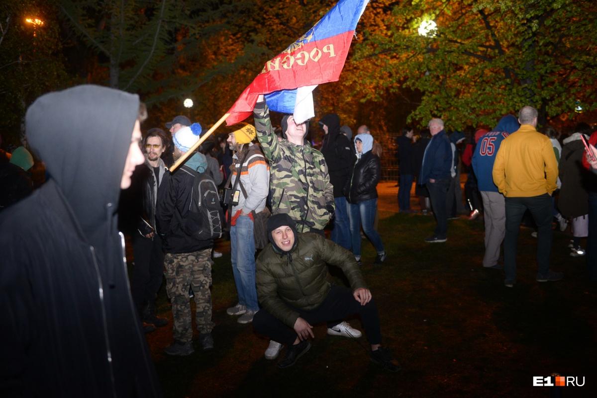 На второй день некоторые протестующие принесли с собой флаги России