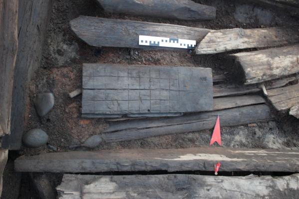 Там же, в бухте Макарова, нашли шахматную доску XVII века