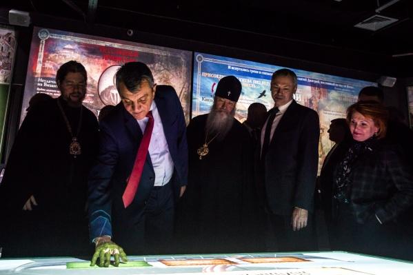 Официальные гости на церемонии открытия опробовали интерактивные экспонаты