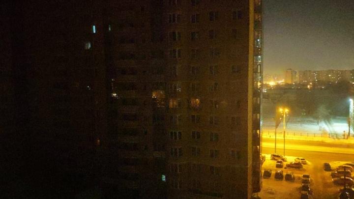 На Уралмаше пропало электричество, в лифтах нескольких домов застряли люди