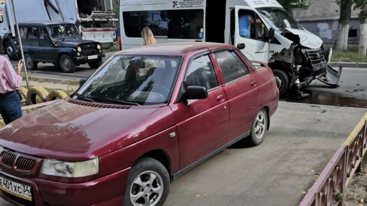 «Водитель сидел с перебинтованной головой»: в Волгограде столкнулись кроссовер и маршрутка