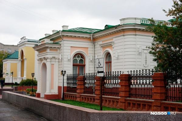 Исторической части особняка уже более века и около 30 лет новоделу, где разместили дополнительные помещения для ЗАГС<br><br>
