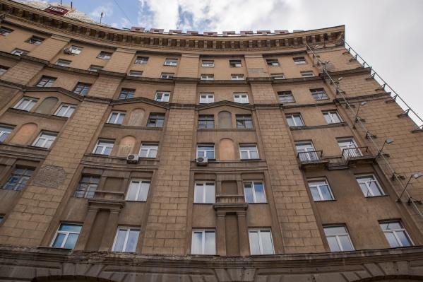Необычной квартиру можно назвать ещё и потому, что находится она в сталинском доме, где такое жильё не подразумевалось вообще