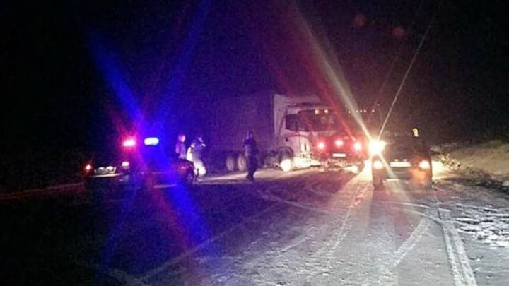 Водитель и пассажир погибли: на трассе Пермь — Екатеринбург пикап врезался в грузовик
