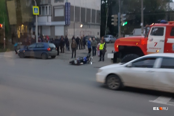 Водитель иномарки поворачивал во двор и должен был пропустить мотоциклиста