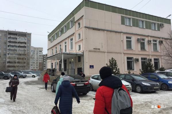 Нужный вход посетители находят не сразу, а он —с улицы Родонитовой