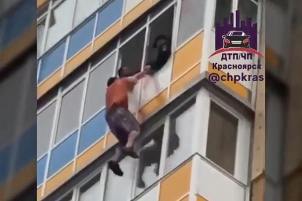 Мужчина вырывался из рук полицейских, которые пытались затащить его внутрь