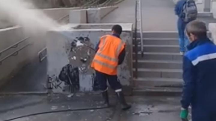 В Екатеринбурге рабочие уничтожили граффити-портрет композитора Модеста Мусоргского