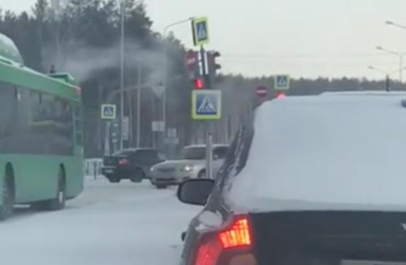 Сильный ветер в Екатеринбурге раскачал светофор и уронил рекламный щит