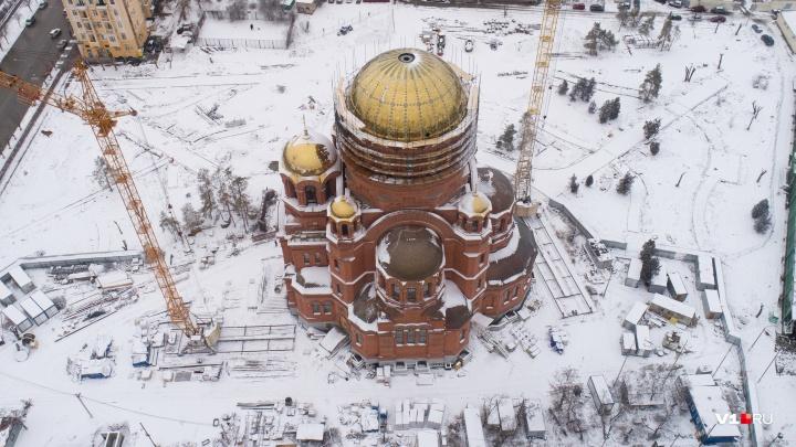 В Волгограде смонтировали 45-тонный главный купол Александро-Невского собора
