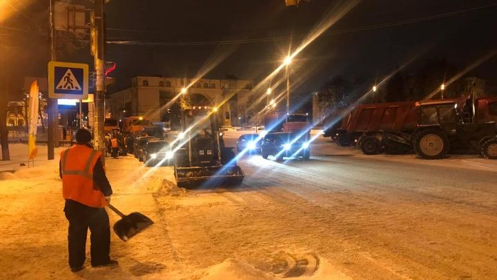 Мэру понравилось: на дороги Ярославля вылили сотни тонн реагентов, чтобы справиться со снегом