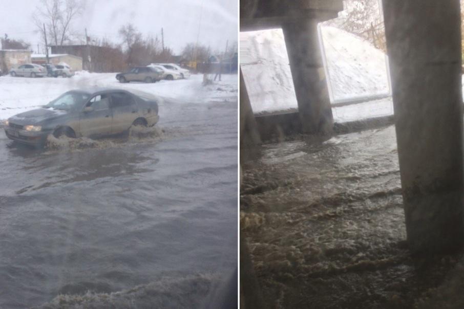 Воду с дороги откачивают вакуумными бочками