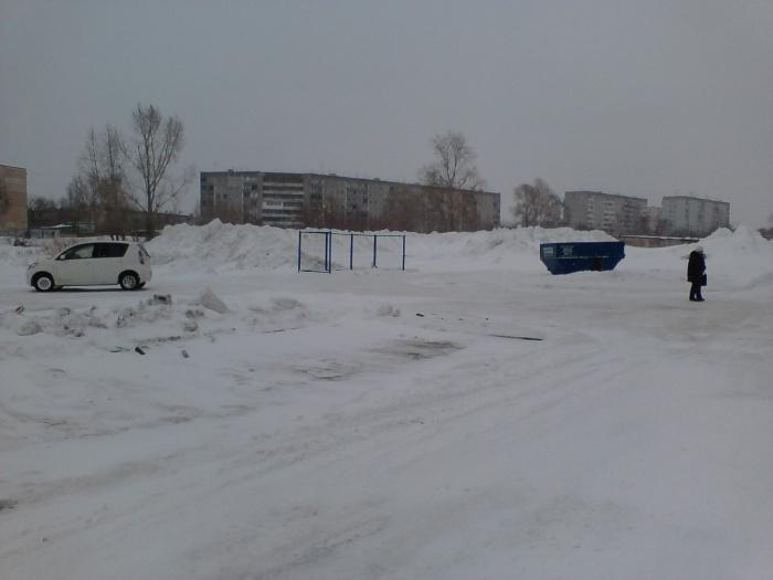 Сгружать снег на площадку КАМАЗы начали в конце декабря