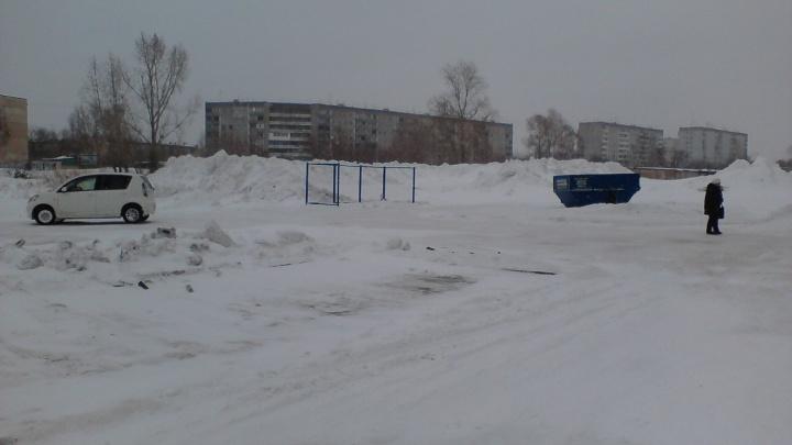 «Мы там плавать будем»: грузовики свалили огромные кучи снега между домов в Берёзовом