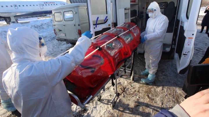 В аэропорту Челябинска встретили самолёт с «больными коронавирусом». Помогли коврик и пакет с ведром