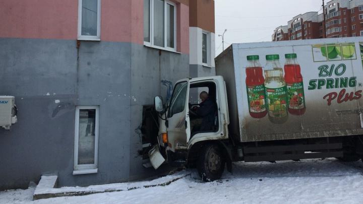 На Елизавете грузовик протаранил жилой дом