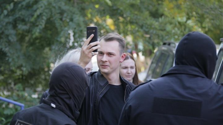 Вызов скорой, селфи с маски-шоу и изъятые значки: как прошли обыски в челябинском штабе Навального