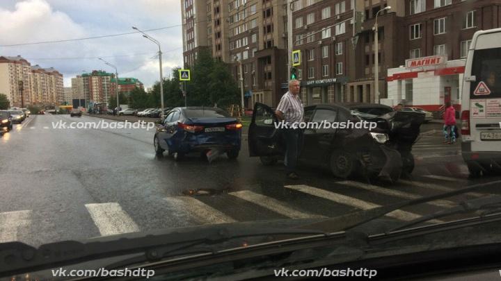 Массовая авария в центре Уфы: на оживленном перекрестке столкнулись три легковушки