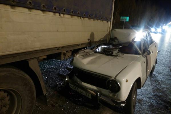 Легковушка залетела под фургон. Водитель отечественного авто отделался ушибами