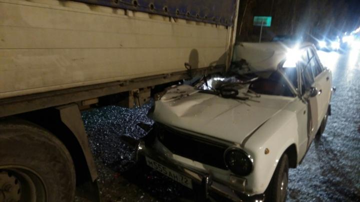 На Старотобольском тракте водитель «копейки» не заметил сломанный грузовик и протаранил его