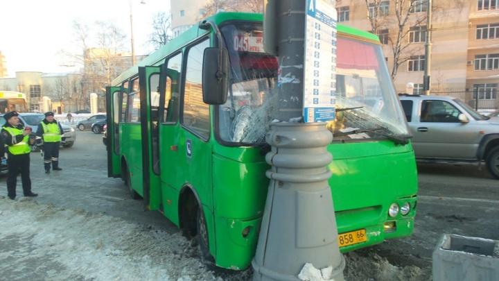 У «Екатеринбург Арены» автобус врезался в столб после столкновения с автомобилем