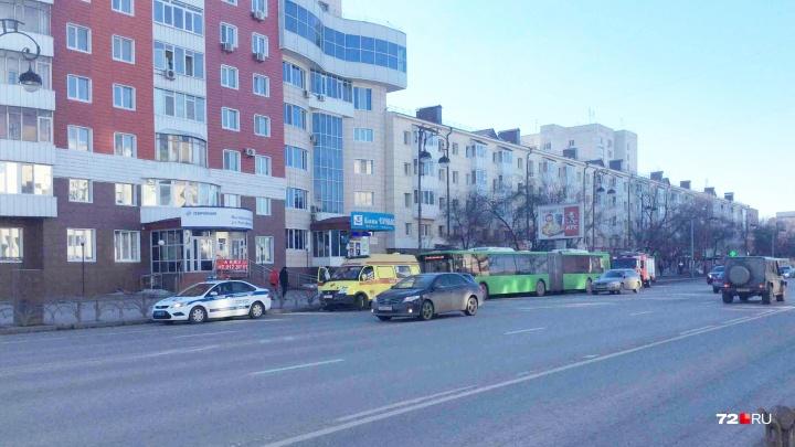 В центре Тюмени в автобусе-гармошке из-за резкого торможения пострадала женщина