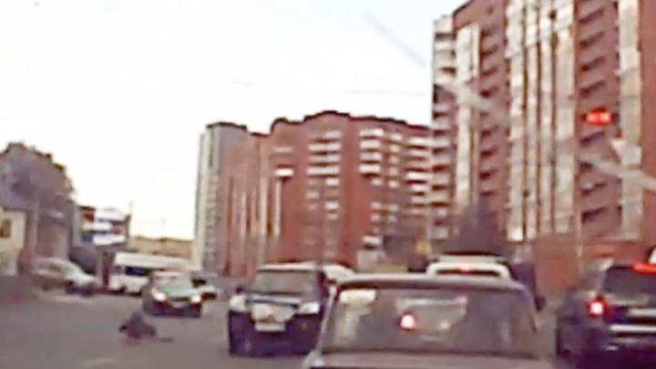 На видеорегистратор уфимца попал момент, как роллер вылетел под колеса машины
