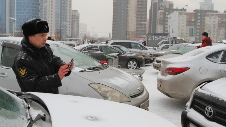 Женщина скрывала Land Cruiser от бывшего мужа, но приставы нашли авто во дворе и забрали