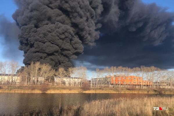 В Тюмени на территории завода «Полимер пласт» по улице Бабарынка, 56/5 произошел пожар