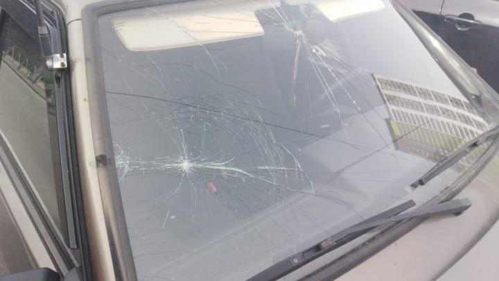 Штанга троллейбуса разбила лобовое стекло автомобилю на Нарымской