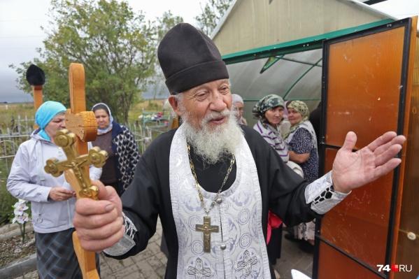 Отцу Иоанну за 80, но он сумел поднять общественность и СМИ против переноса мощей Дуняши