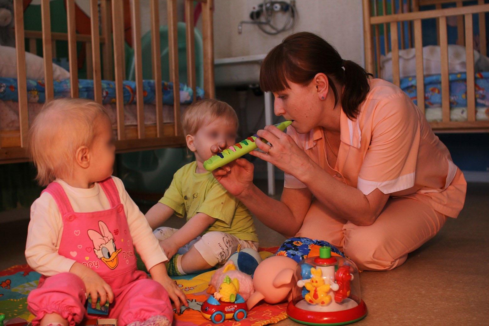 Не все понимают, насколько сиротам в больницах нужны внимание, забота и нежные руки нянь