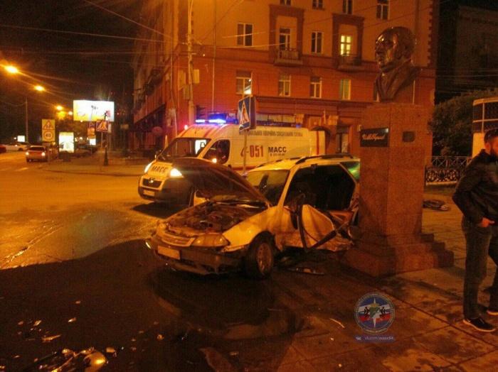 От удара обе машины отбросило на аллею к бюсту Крылова