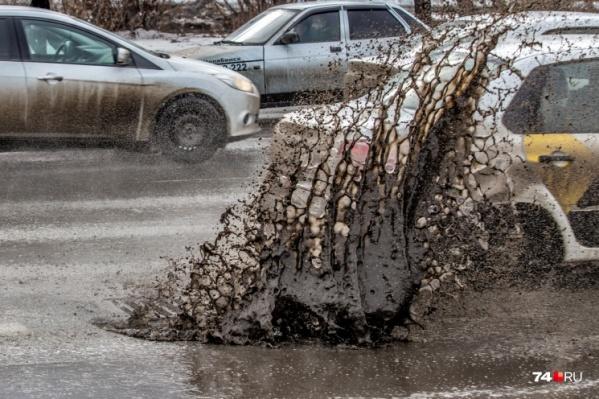 Работы в дождь вчера проводили на путепроводе Челябинск-Главный