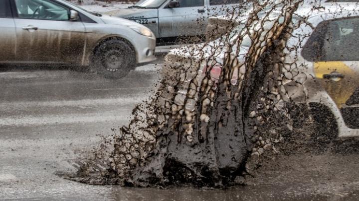 Ни капли терпения: челябинские дорожники залатали ямы на мосту в Ленинский район во время дождя