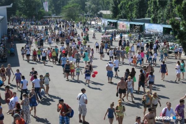 Тысячи человек приехали на остров Татышев в выходной
