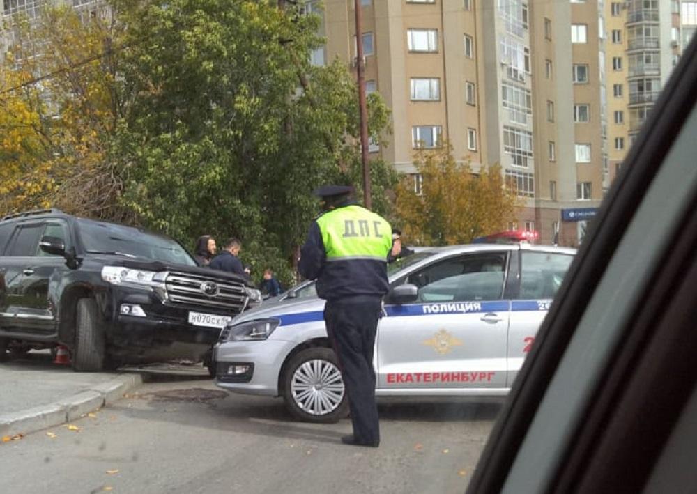 В Екатеринбурге женщина на Lexus с внучкой на заднем сиденье устроила ДТП с четырьмя машинами