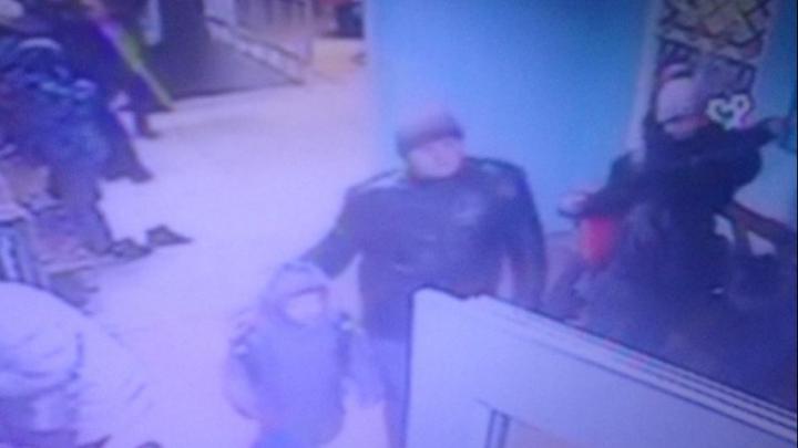 Полицейские ищут омича, который привёл в школу сбитого на дороге ребёнка