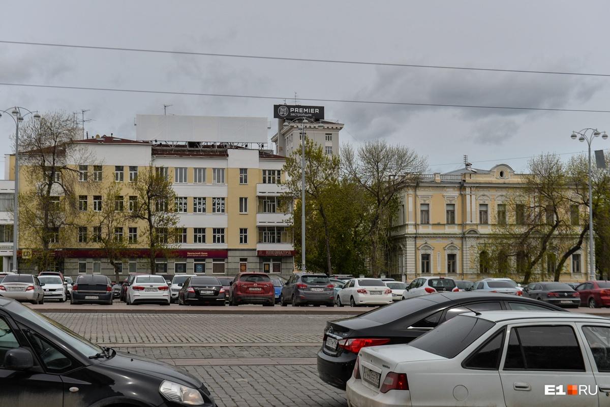 Рекламные конструкции остались на крыше, но одну из них завесили белым полотном