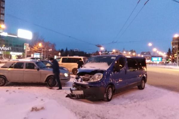 Авария произошла на пересечении Красного проспекта и Октябрьской магистрали